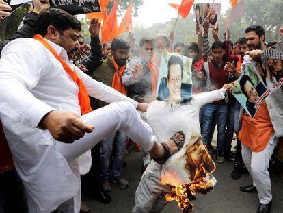 Un grupo de manifestantes quema una fotografía del primer ministro paquistaní, durante una protesta en Delhi el pasado jueves.