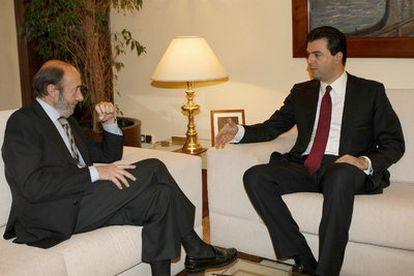 Rubalcaba y su homólogo albanés Luizmin Basha, hoy en la sede del ministerio del Interior.
