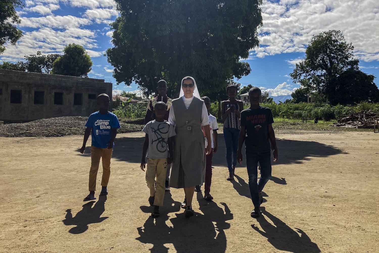 La hermana Bonilla, junto a algunos de los niños que acoge en el centro de la congregación San Juan Evangelista, en la ciudad fronteriza de Ouanaminthe, en Haití. Pincha en la imagen para ver la fotogalería.