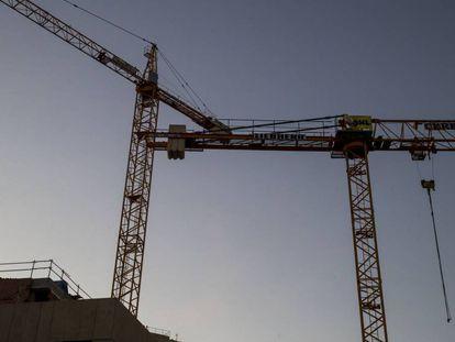Dos grúas en una obras en el centro de Barcelona, ayer.