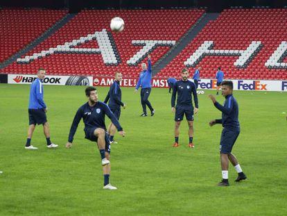 Los jugadores del KRC Genk antes del partido contra el Athletic.