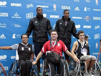 Thaddeus Young, izquierda, y Rodney Williams (d) junto a jugadores de baloncesto en sillas de ruedas en Bilbao.