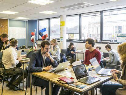 Voluntarios en las oficinas de campaña de Macron en París.