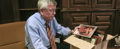 Castro mete sus recuerdos en cajas antes de abandonar su despacho.