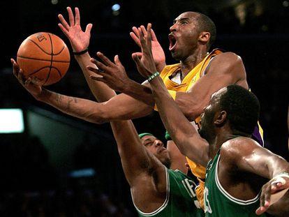 Kobe Bryant salta a canasta ante la oposición de Paul Pierce (i) y Al Jefferson, de los Boston Celtics, el 22 de febrero de 2007.