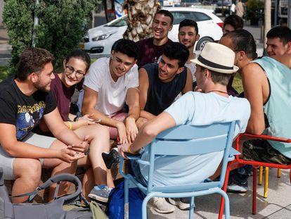 Un grupo de jóvenes sin mascarilla en Tel Aviv, este domingo.