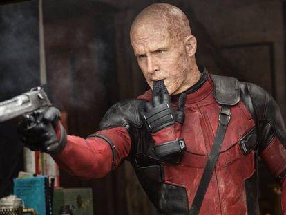 Ryan Reynolds mientras interpreta a su personaje Deadpool.
