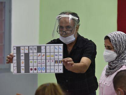 Los miembros de la mesa de un colegio electoral se preparaban para el inicio del recuento de votos una vez finalizado el período de votación en la localidad marroquí de Salé.