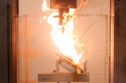 Un Note 7 en llamas durante una prueba de laboratorio en Singapur.