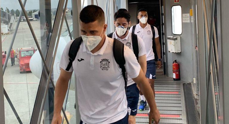 Los jugadores del Fuenlabrada, tras aterrizar el pasado lunes en A Coruña.