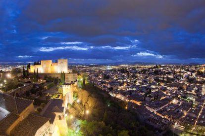 Vista de Granada y la Alcazaba de la Alhambra, tomada desde la torre de Comares.