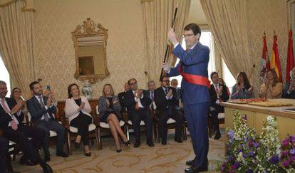 Alfonso Fernández Mañueco, en su investidura como alcalde de Salamanca gracias a la abstención de Ciudadanos. Fernando Rodríguez con corbata naranja) aplaude entre los concejales.