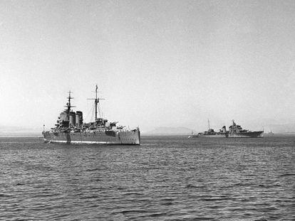 En 1961, poco antes de su retirada. los buques 'Almirante Cervera' y 'Galicia' participan en maniobras navales en aguas de Mallorca.