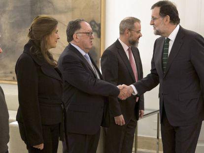 Rajoy y las familias de las víctimas, este martes.