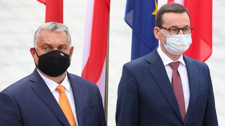 El primer ministro húngaro, Viktor Orbán, a la izquierda, con su homólogo polaco, Mateusz Morawiecki, en Polonia, en septiembre de 2020.
