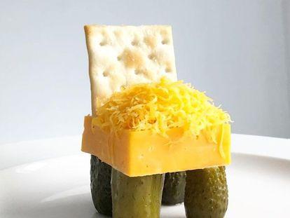Silla de queso y galleta con pepinillo.