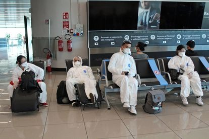 Pasajeros esperando en el aeropuerto romano de Fiumicino este jueves.