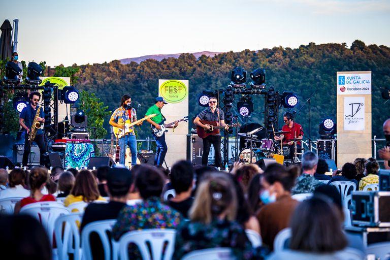 El quinteto orensano Os Amigos dos Músicos, el pasado sábado, durante su actuación en la bodega Regina Viarum.