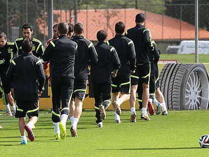 Del Bosque observa a sus jugadores en Curitiba.