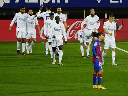 Los jugadores del Madrid celebran el primer gol de Benzema.