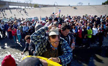 Inmigrantes de la caravana, durante el intento de asalto a la valla el pasado 25 de noviembre en Tijuana.