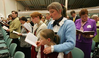 Testigos de Jehová, durante una ceremonia religiosa en Alemania en 2005