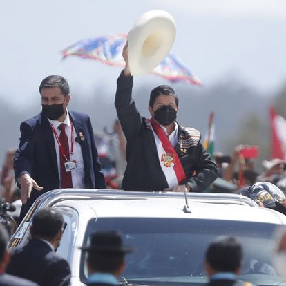 Ayacucho (Peru), 29/07/2021.- A handout photo made available by the Andean Agency, shows the newly inaugurated Peruvian president Pedro Castillo (C) as he salutes from a vehicle during a symbolic swearing-in ceremony, in the Pampa de la Quinua, in Ayucucho, Peru, 29 July 2021. The congressman of Peru Libre Guido Bellido was chosen by Pedro Castillo to lead his Government as prime minister, after the president took the oath in a ceremony in the Pampa de La Quinua, place where the Battle of Ayacucho took place, which sealed Peruvian independence. EFE/EPA/Andina Agency / Handout ONLY AVAILABLE TO ILLUSTRATE THE ACCOMPANYING NEWS (MANDATORY CREDIT) HANDOUT EDITORIAL USE ONLY/NO SALES