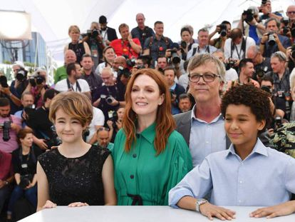 Todd Haynes, con los actores de su película. Desde la izquierda, Millicent Simmonds, Julianne Moore, Jaden Michael y Michelle Williams.