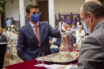 Francisco Cuenca, alcalde de Granada, en el momento de emitir su voto en el pleno de investidura del 7 de julio.