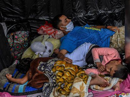 Migrantes venezolanos que esperan regresar a su país afuera de una terminal de buses en Medellín, Colombia.