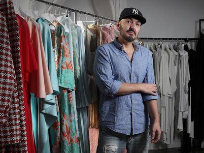 El diseñador Juan Duyos en su estudio de Madrid.