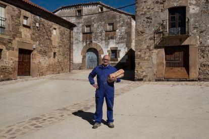 Arturo, vecino de Carrascosa de la Sierra, el jueves con el pan recién comprado.