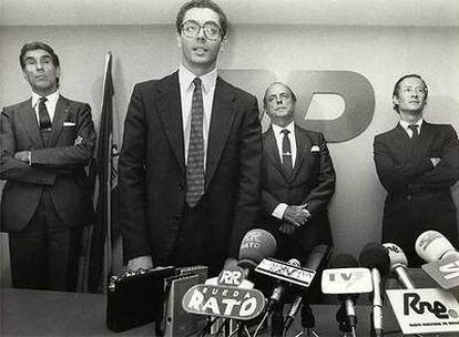 Gallardón, en 1986, cuando fue nombrado secretario general de AP, en sustitución de Jorge Verstrynge (derecha). En el centro, Fraga, y a la izquierda, el vicepresidente Fernando Suárez.