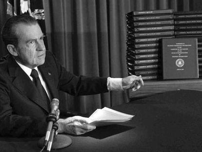 El presidente Nixon señala las transcripciones de las cintas mientras anuncia su entrega a la justicia. Dimitiría cuatro meses después.