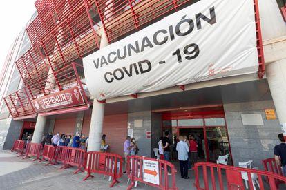 Decenas de personas hacen cola para recibir la segunda dosis de la vacuna contra la covid, este martes en el estadio murciano de Nueva Condomina.