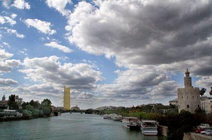 Simulación del impacto que el rascacielos tendría en el horizonte sevillano desde la Torre del Oro, junto al Guadalquivir.