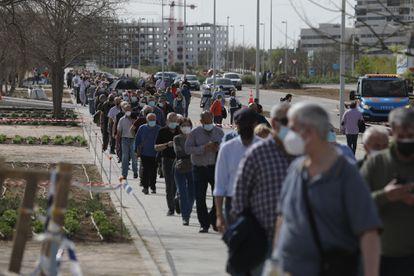 Colas delante Isabel Zendal en Madrid, donde se vacunan durante estos días a los mutualistas de 78 y 79 años y a personas de 60 a 65 años.