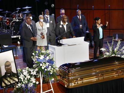 Philonise Floyd , hermano de George Floyd, habla en el en el funeral en Minneapolis, este jueves. En vídeo,  homenaje a Floyd. (JULIO CORTÉZ| VIDEO: REUTERS)