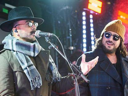 Luis Fonsi y Antonio Orozco camuflados para su concierto sorpresa celebrado este lunes en una plaza de Madrid.
