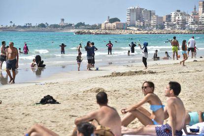Bikinis y burkinis comparten playa en Líbano