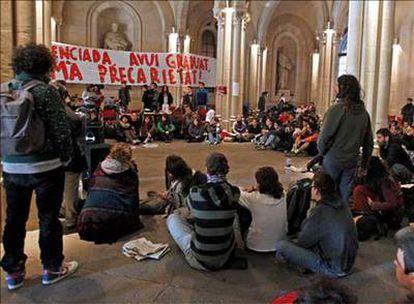Algunos de los estudiantes encerrados en el edificio histórico de la Universidad de Barcelona