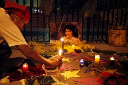Una mujer pone una vela en recuerdo de la ambientalista hondureña Berta Cáceres, en septiembre de 2018 en Tegucigalpa.