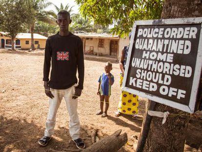 Un hombre permanece dentro del borde de cuarentena en el distrito de Kambia (Sierra Leona) el pasado febrero.