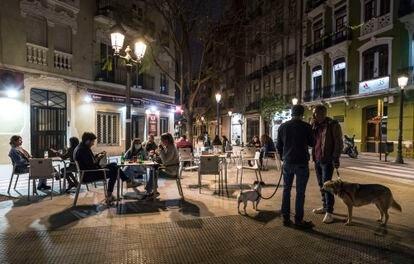 Una terraza de Valencia el lunes 26 de abril, el primer día de apertura de los bares hasta las 10 de las noches.