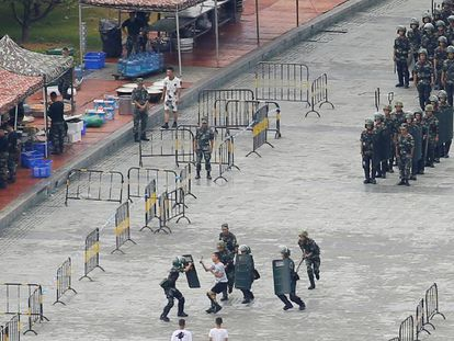 Agentes chinos participan en un ejercicio antidisturbios en el estadio de Shenzhen, cerca de Hong Kong. En vídeo, China concentra su ejército en las inmediaciones de Hong Kong.