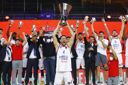 Dogus Balbay lifts the trophy that proclaims Efes champion of the Euroleague.