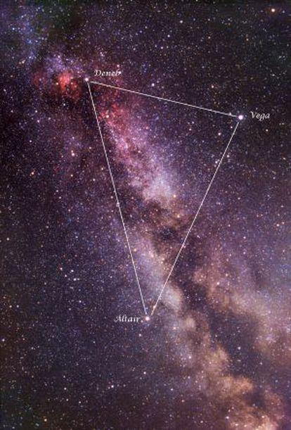 Las tres estrellas del Triángulo de Verano sobre una imagen de Vicent Peris.