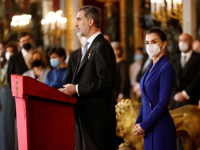 El rey Felipe VI, acompañado de la reina Letizia, preside la tradicional recepción al cuerpo diplomático acreditado en España, este jueves en el Palacio Real.