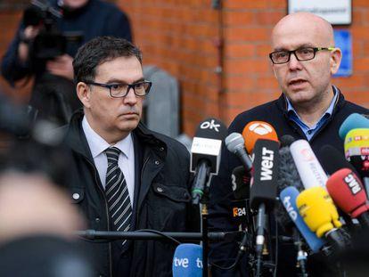 Los abogados de Carles Puigdemont, Jaume Alonso-Cuevillas (a la izquierda) y Gonzalo Boye, tras la detención del 'expresident' en Alemania en 2018.