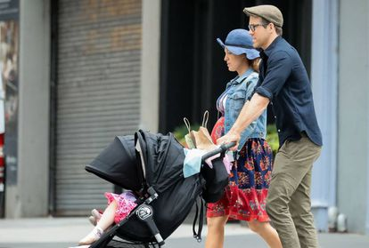 Blake Lively y Ryan Reynolds, con sus hijos.